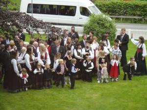 結婚式は民族衣装で正装